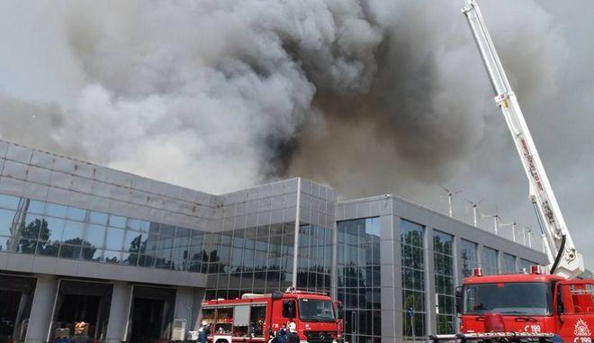 Ξάνθη: Συγκλονιστικά καρέ και βίντεο μέσα από το φλεγόμενο εργοστάσιο της Sunlight