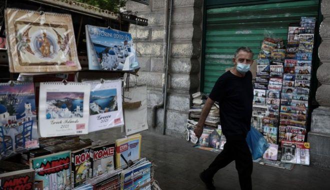Άνθρωπος με μάσκα στο κέντρο της Αθήνας