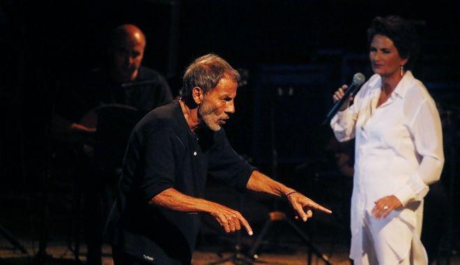 ΑΡΓΟΣ-Ο Σταύρος Ξαρχάκος μαζί με την Άλκηστη Πρωτοψάλτη και την εννεαμελή ορχήστρα τους αποτελούμενη από εκλεκτούς μουσικούς ,τραγούδησαν για το κοινό και με το κοινό,στο κατάμεστο Αρχαίο Θέατρο του Άργους την Παρασκευή 18 Αυγούστου στο πλαίσιο του «Φεστιβάλ Άργους 2017» που διοργανώνει ο Δήμος Άργους Μυκηνών και η ΚΕΔΑΜ. Ο κόσμος που κυριολεκτικά γέμισε ασφυκτικά το Αρχαίο Θέατρο ενθουσιάστηκε ,συγκινήθηκε,τραγούδησε και χειροκρότησε με την ψυχή του τους καλλιτέχνες,που του χάρισαν αξέχαστες στιγμές. Τη συναυλία παρακολούθησαν ο δήμαρχος Δ. Καμπόσος ,οι βουλευτές Γ.Ανδριανός, Γ.Μανιάτης,ο πρόεδρος του δημοτικού συμβουλίου Κ. Μπέγκος,ο πρόεδρος της ΚΕΔΑΜ Π.Διολίτσης,οι Αντιδήμαρχοι Θ.Οικονόμου,Χρ.Πετσέλης,οι δημοτικοί σύμβουλοι Π.Σκούφης,Β.Τζαβέλλας,Αχ.Μπαντανάς,Ηλ. Χατζηγεωργίου,Γ. Σαρρής,ο πρόεδρος του Δ. Δ. Άργους Δ. Καρυάμης,η αντιπρόεδρος της ΚΕΔΑΜ Ελισάβετ Πετροπούλου-Δήμα, η τοπική σύμβουλος Πέγκυ Καχριμάνη,ο πρόεδρος του ΣΕΓΑΣ Κ. Παναγόπουλος,ο πρώην βουλευτής Β. Σωτηρόπουλος.(Eurokinissi-Βασίλης Παπαδόπουλος)
