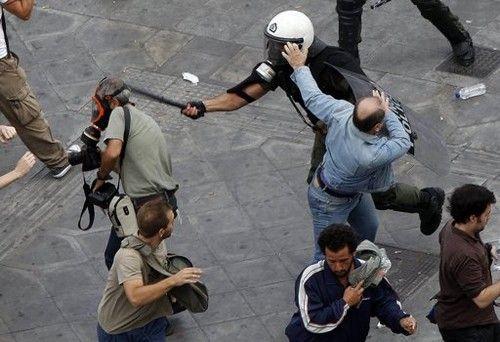 Εικόνες σοκ από την επίθεση των ΜΑΤ κατά δημοσιογράφων