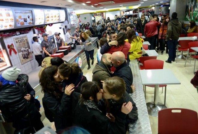Φιλήθηκαν μαζικά στα Burger King μετά την εκδίωξη γκέι ζευγαριού