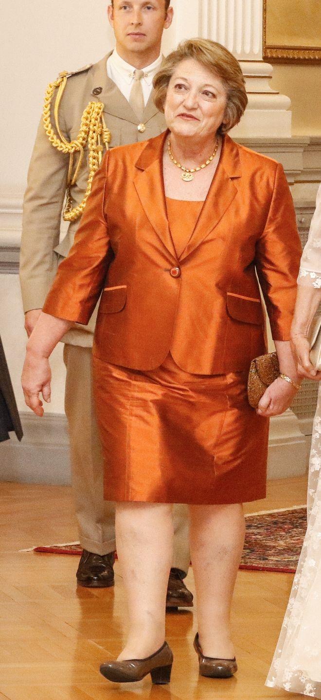 Η εμφάνιση της συζύγου του προέδρου, Σίσυς Παυλοπούλου στο επίσημο γεύμα προς τιμήν του πριγκιπικού ζεύγους του Ηνωμένου Βασιλείου, Πρίγκιπα της Ουαλίας Καρόλου και Δούκισσας της Κορνουάλης Καμίλας