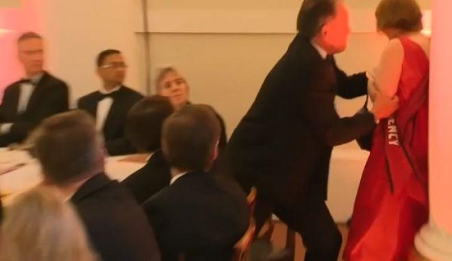 Σε διαθεσιμότητα ο υφυπουργός Εξωτερικών ο οποίος επιτέθηκε κατά ακτιβίστριας της Greenpeace