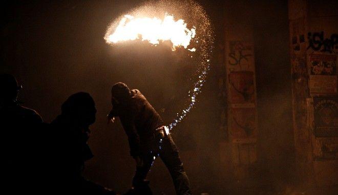 Διαδηλωτής πετάει μολότοφ στους αστυνομικούς στα Εξάρχεια, (Αρχείο)