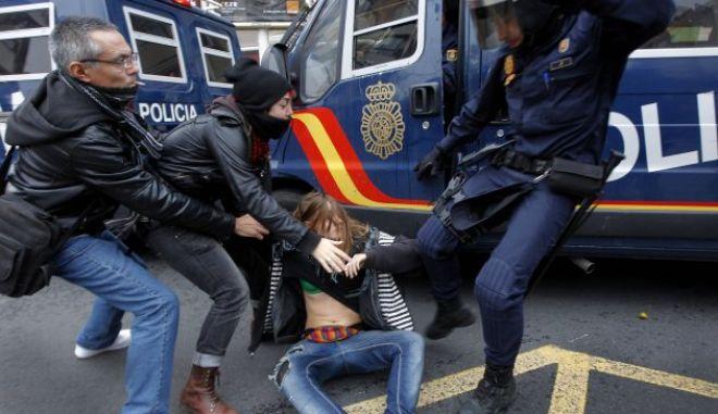 Νόμος Φίμωτρο στην Ισπανία: Απαγορεύεται η φωτογράφηση αστυνομίας, νόμιμες οι κρατικές μαύρες λίστες