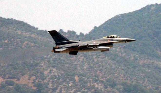 Τουρκικό F-16 εν πτήσει (AP Photo/Anatolia, Kenan Gurbuz)