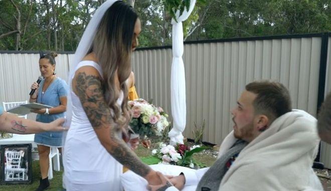 """Ο γάμος που """"γονάτισε"""" το Διαδίκτυο: Παντρεύτηκε τον έρωτα της ζωής της μια μέρα πριν πεθάνει"""