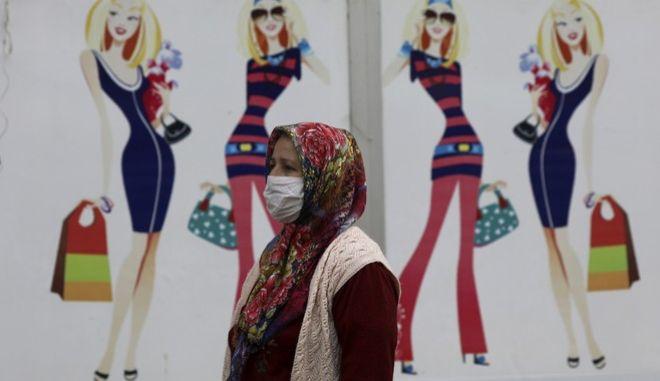 Μια γυναίκα στην Τουρκία με μάσκα προστασίας από τον κορονοϊό