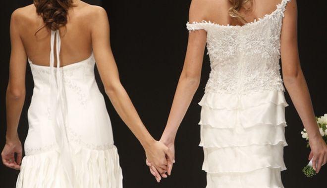 Μοντέλα με νυφικά στην πασαρέλα σε μια επίδειξη μόδας αφιερωμένη στους γάμους ομοφύλων