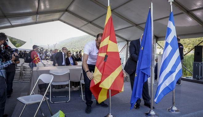 Στιγμιότυπο πριν την υπογραφή της συμφωνίας για την ονομασία της πΓΔΜ από τους Υπουργούς Εξωτερικών της Ελλάδας και της πΓΔΜ