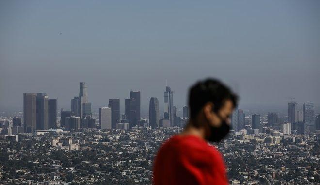 Άνδρας με μάσκα στο Λος Άντζελες