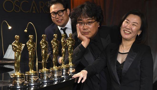 Τα Παράσιτα σάρωσαν τα Όσκαρ και ο σκηνοθέτης τους ποζάρει με τα αγαλματίδια