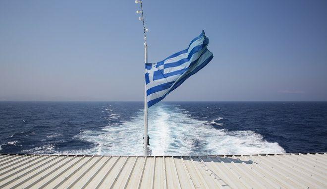 Ελληνική σημαία στο Αιγαίο