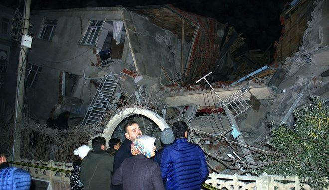 Κτίριο έχει καταρρεύσει στο Ελαζίγ μετά τον σεισμό των 6,8 Ρίχτερ