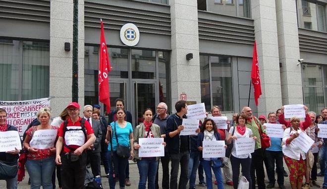 """Οι οργανώσεις του Βελγίου (συνδικάτο CGSP ALR, σύλλογος """"Φίλοι του Ελληνικού"""", Πρωτοβουλία στην Ελλάδα που Αντιστέκεται), διαμαρτύρονται για το ιατρείο του Ελληνικού που λόγω ιδιωτικοποίησης εκδιώκεται από το χώρο του"""
