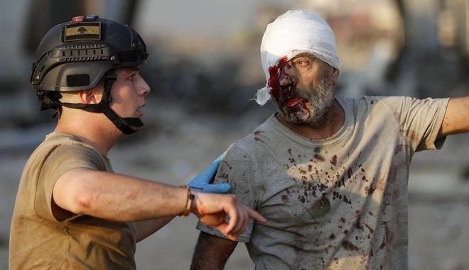 Λιβανέζος στρατιώτης δίνει οδηγίες σε τραυματία ναυτικό στη Βηρυτό