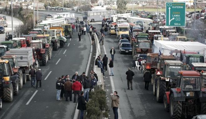 Farmers seek to block the highway between Thessaloniki and Athens in Nikaia, some 380 kms north of Athens. Protesting Greek farmers, who are demanding tax breaks and other benefits, have refused an offer from the Greek government after a February 6 meeting and they said they would not relent and keep their tractors positioned at key points on major roads across Greece, which they have continually threatened to blockade unless they get everything they want. Nikaia, Greece on Feb. 7, 2014. /                      6   . ,   7  2014.