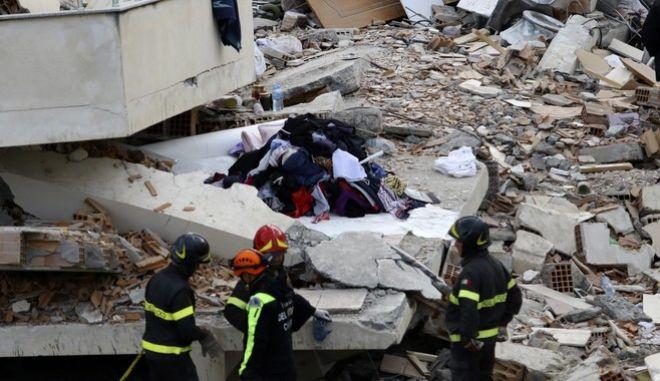 Σεισμός στην Αλβανία: Διασώστες ερευνούν τα συντρίμμια για επιζώντες
