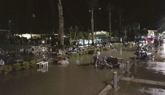 Εικόνα από την Κω στις 21 Ιουλίου 2017 μετά τον ισχυρό σεισμό και το τσουνάμι που έπληξε το νησί