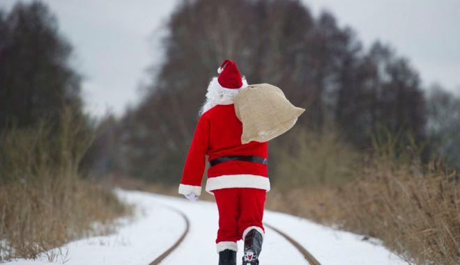 FFO111 MELLENSEE (ALEMANIA) 15/12/2010.- Santa Claus camina con un saco al hombro por un campo nevado cerca de Brandenburg Mellensee (Alemania) el martes 14 de diciembre de 2010. EFE/Patrick Pleul