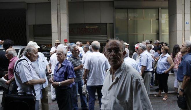 Διαμαρτυρία συνταξιούχων στο υπ. Οικονομικών την Παρασκευή 10 Ιουλίου 2015. (EUROKINISSI/ΣΤΕΛΙΟΣ ΜΙΣΙΝΑΣ)