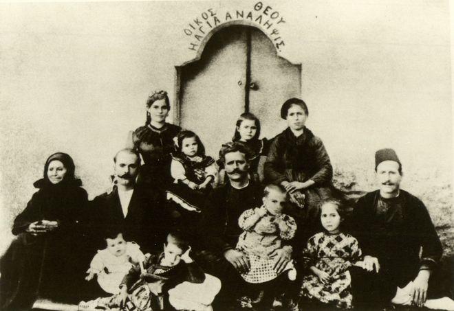 Ο Γεώργιος Καραμανλής με την οικογένεια του στη μονή Αγίας Ανάληψης στην Πρώτη Σερρών
