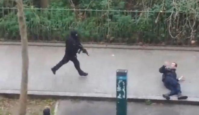 Charlie Hebdo: Βίντεο σοκ από την εν ψυχρώ εκτέλεση του αστυνομικού