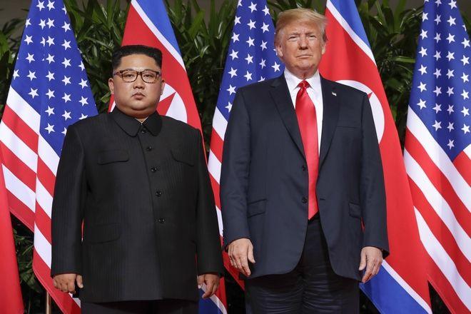 Οι δύο ηγέτες μπροστά στις σημαίες των χωρών τους