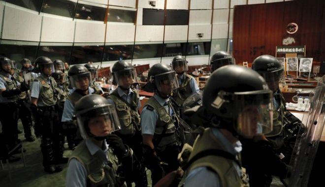 Η αστυνομία ανέκτησε τον έλεγχο του κοινοβουλίου