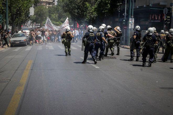 Ένταση στην πορεία έξω από τον ΣΕΒ την Τετάρτη 30 Μαΐου 2018. Ομάδα διαδηλωτών συγκρούστηκε με τους αστυνομικούς