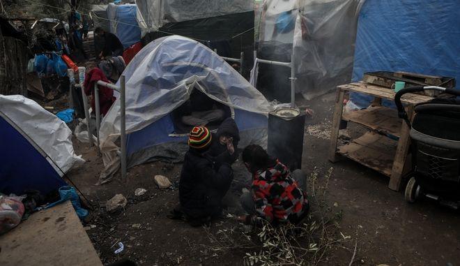 Πρόσφυγες σε καταυλισμό.