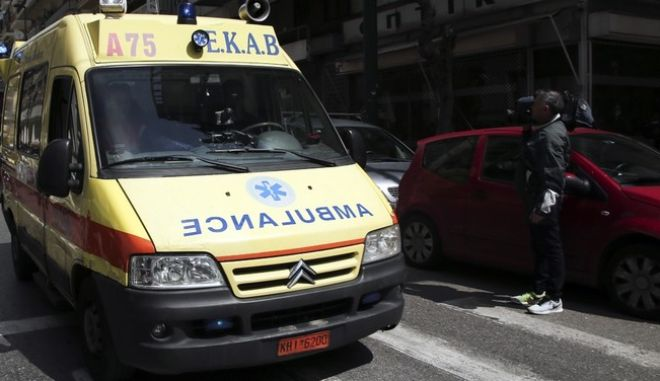 Employees of the ambulance service (EKAB) stage a three-hour walkout between 9 a.m. and noon to protest EKABs dwindling and substandard fleet of vehicles. Athens, on Mar. 29, 2016 /      ,  ,  29 , 2016