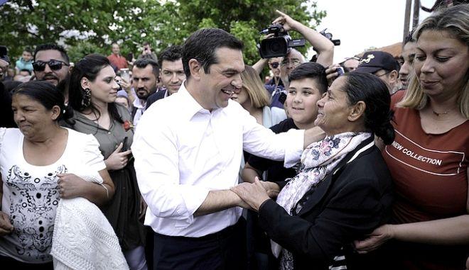 """Τσίπρας σε οικισμό Ρομά: """"Κοινωνία ισότητας και αλληλεγγύης το όραμά μας"""""""
