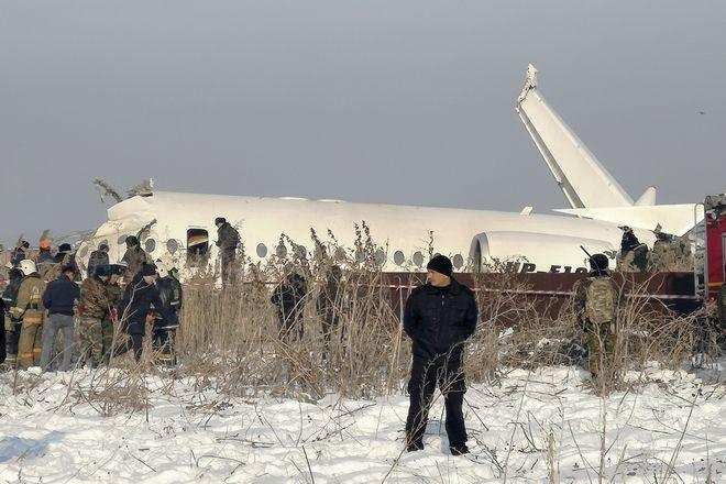 Ομάδες διασωστών επιχειρούν στο σημείο συντριβής του αεροπλάνου της Bek Air στο Καζακστάν