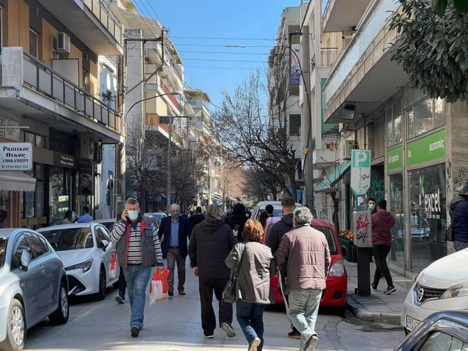 Οι κάτοικοι της Λάρισας πετάχτηκαν ανάστατοι στους δρόμους και την κεντρική πλατεία της πόλης μετά τον σεισμό των 6 Ρίχτερ