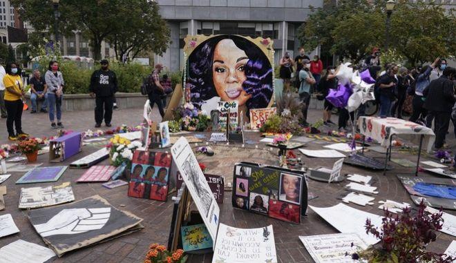 Άνθρωποι συγκεντρωμένοι στην πλατεία Jefferson αναμένουν την απόφαση της δικαιοσύνης για τη δολοφονία της Μπριόνα Τέιλορ