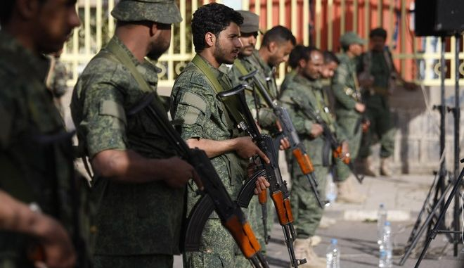 Οι μαχητές των σιιτών της Υεμένης στέκονται φρουροί κατά τη διάρκεια διαμαρτυρίας