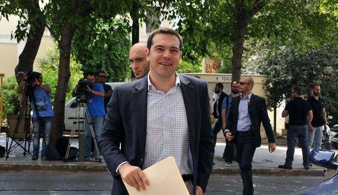 Ο πρωθυπουργός Αλέξης Τσίπρας εισέρχεται στα γραφεία του ΣΥΡΙΖΑ για την συνεδρίαση της Πολιτικής Γραμματείας του κόμματος την Τρίτη 9 Ιουνίου 2015. (EUROKINISSI/ΤΑΤΙΑΝΑ ΜΠΟΛΑΡΗ)