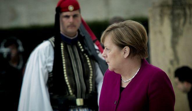 Στιγμιότυπο από την κατάθεση στεφάνου στο Μνημείο του Αγνώστου Στρατιώτη από την Καγκελάριο της Γερμανίας Άνγκελα Μέρκελ