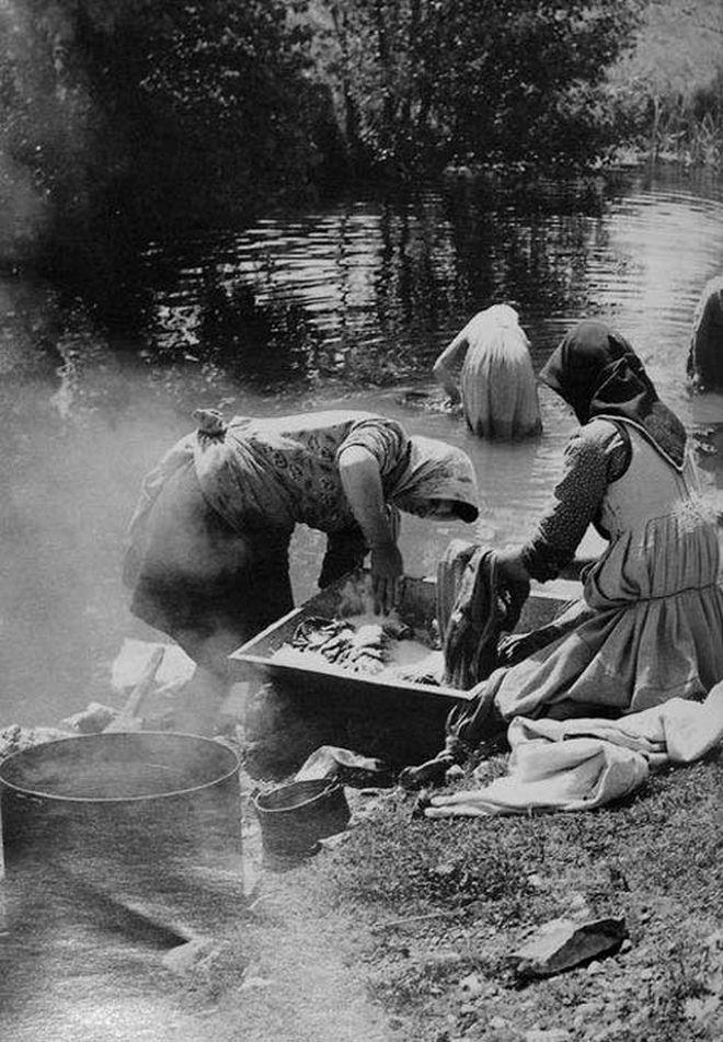 Γυναίκες του Βάλτου πλένουν στο ποτάμι, χρησιμοποιώντας αλισίβα