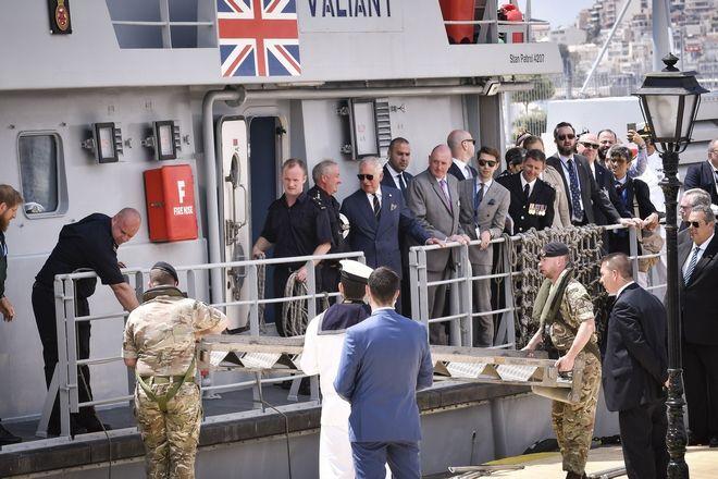 Ο Πρίγκηπας Κάρολος στο βρετανικό πλοίο του Λιμενικού, HMC