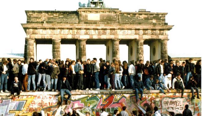 Το πλήθος πάνω στο τείχος παραληρεί