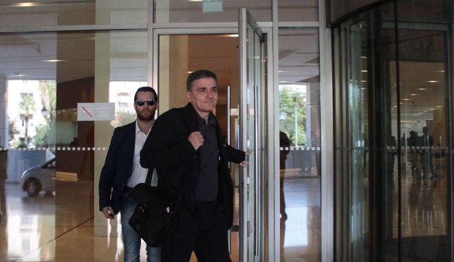 Ο υπουργός Οικονομικών Ευκλείδης Τσακαλώτος κατα την έξοδο του απο από το ξενοδοχείο όπου είχε συνάντηση με τους εκπροσώπους των δανειστών στο πλαίσιο της δεύτερης αξιολόγησης, την Παρασκευή 21 Οκτωβρίου 2016. (EUROKINISSI/ΣΤΕΛΙΟΣ ΣΤΕΦΑΝΟΥ)