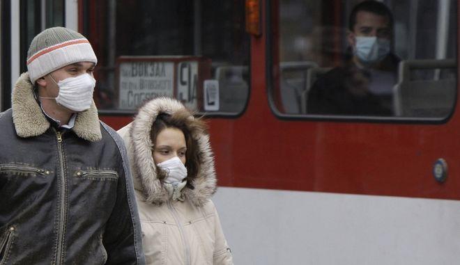 Ένα ζευγάρι με προστατευτικές μάσκες στη Λβιβ