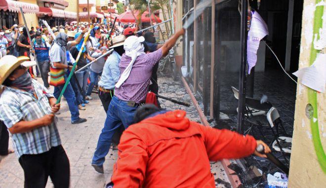 Μεξικό: Εξαγριωμένοι εκπαιδευτικοί επιτέθηκαν σε γραφεία πολιτικών κομμάτων