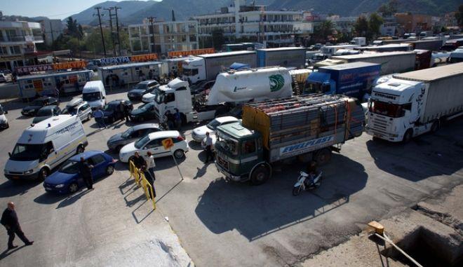 Μετά τη λήξη της απεργίας της ΠΝΟ, δεκάδες φορτηγά συγκεντρώθηκαν στο λιμάνι της Ηγουμενίτσας, προκειμένου να μεταφέρουν προϊόντα προς την Κέρκυρα. (EUROKINISSI // ΣΥΝΕΡΓΑΤΗΣ)