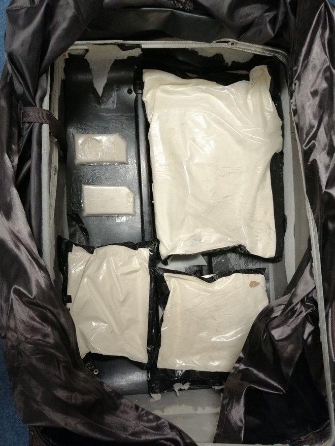 Μετέφεραν αεροπορικώς με τις αποσκευές τους πάνω από 9 κιλά ηρωίνης