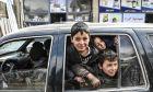 Παιδιά απομακρύνονται από το Ιντλίμπ