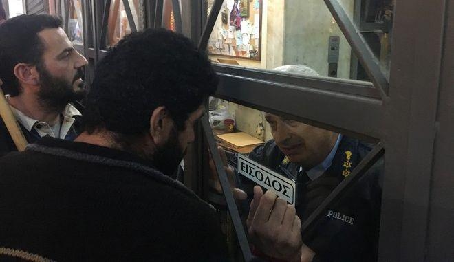 Μέλη του ΠΑΜΕ συγκεντρώθηκαν σε συμβολαιογραφικό γραφείο στη Σταδίου