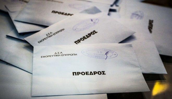 Εκλογές στον Δικηγορικό Σύλλογο της Αθήνας την Κυριακή 26 Νοεμβρίου 2017. Περισσότεροι από είκοσι χιλιάδες δικηγόροι της Αθήνας προσέρχονται στις κάλπες την Κυριακή 26 και τη Δευτέρα 27/11 προκειμένου να εκλέξουν για την επόμενη τετραετία το νέο προεδρείο του ΔΣΑ. Στις εκλογές λαμβάνουν μέρος 14 υποψήφιοι πρόεδροι και συνδυασμοί, εκ των οποίων οι δέκα συνδυασμοί με υποψήφιο πρόεδρο, δύο πρόεδροι χωρίς συνδυασμό και τρεις συνδυασμοί χωρίς πρόεδρο. (EUROKINISSI/ΓΙΑΝΝΗΣ ΠΑΝΑΓΟΠΟΥΛΟΣ)
